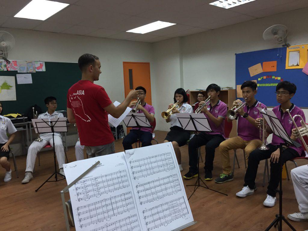 (C) S. Hellwig   S. Hellwig bei der Registerarbeit mit malaiischen Trompetern
