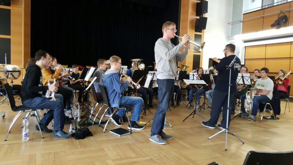 (C) VSB e.V. | Flügelhornist Jakob Wohland bei der Probe zusammen mit den weiteren Jugend-Brass-Band-Workshop-Teilnehmern