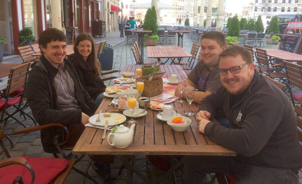 (C) VSB e.V. | Eoin, Lewis, Jakob und Lisa beim leckeren Frühstück